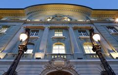 La Banque nationale suisse, à Zurich. Le rendement des emprunts d'Etat suisses à 10 ans est passé vendredi en territoire négatif pour la première fois, au lendemain de l'annonce par la BNS de l'abandon du taux plancher du franc suisse contre l'euro et de l'abaissement à -0,75% de son taux de dépôt. /Photo prise le 15 janvier 2015/REUTERS/Thomas Hodel