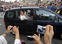 Pope Francis waves to the waiting crowds after a mass at the Cathedral in Manila January 16, 2015.  REUTERS/Romeo Ranoco