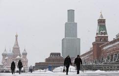 """Moody's a abaissé la note de la Russie d'un échelon, de """"Baa2"""" à """"Baa3"""", notant que l'affaiblissement du rouble et la chute des cours du pétrole pourrait assombrir les perspectives déjà moroses de croissance du pays. /Photo prise le 13 janvier 2015/REUTERS/Maxim Shemetov"""