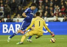 Chelsea's Diego Costa (L) takes the ball around Swansea City's Lukasz Fabianski but fails to score during their English Premier League soccer match at the Liberty Stadium in Swansea, Wales January 17, 2015.        REUTERS/Rebecca Naden
