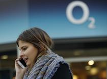 Hutchison Whampoa, déjà propriétaire de Three, le quatrième opérateur mobile britannique, est en discussions avec Telefonica en vue du rachat de sa filiale locale O2, selon le Sunday Times, qui cite des sources non identifiées. /Photo prise le 24 novembre 2014/REUTERS/Luke MacGregor
