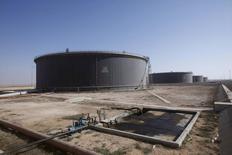 Нефтяные хранилища в порту Марса-эль-Харига. 20 августа 2013 года. Евросоюз рассматривает возможность введения эмбарго на поставки нефти из Ливии, чтобы ускорить преодоление политического кризиса в стране, следует из конфиденциального документа, подготовленного дипломатической службой ЕС, с которым удалось ознакомиться Рейтер. REUTERS/Ismail Zitouny