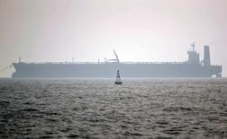 Нефтяной танкер в порту Ассалуйе в Персидском заливе 27 мая 2006 года. Иран не ожидает, что ОПЕК начнет поддерживать цены на нефть, а его нефтяная отрасль способна функционировать при цене $25 за баррель, сказал министр нефтяной промышленности Ирана Биджан Занганех. Morteza Nikoubazl / Reuters
