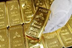 Золотые слитки в здании Mitsubishi Materials Corporation в Токио 17 марта 2008 года. Цены на золото близки к максимуму четырех месяцев за счет опасений за экономику Евросоюза и рост мировой экономики. REUTERS/Issei Kato