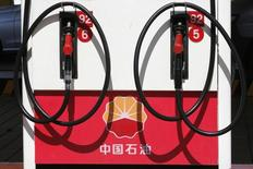 El logo de PetroChina visto en una estación gasolinera en Beijing. Imagen de archivo, 29 agosto, 2013. La demanda implícita de petróleo de China creció un 3 por ciento en el 2014, por un aumento en la capacidad de refinación y en el consumo de combustible para motor en el país asiático, mientras que el procesamiento y las importaciones de crudo se recuperaron en el cuarto trimestre y alcanzaron un récord en diciembre.  REUTERS/Kim Kyung-Hoon