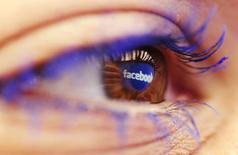 El logo de Facebook reflejado en el ojo de una mujer en una fotografía sacada en Skopje. Imagen de archivo, 6 noviembre, 2014.  Con más de 1.350 millones de usuarios en su red social en internet, Facebook figuraría como la segunda nación más poblada del mundo si se tratara de un país. REUTERS/Ognen Teofilovski