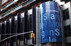Morgan Stanley a annoncé mardi un bénéfice trimestriel inférieur aux attentes, les mouvements erratiques des marchés en décembre ayant entraîné une contraction du revenu tiré de la division obligataire, changes et matières premières. /Photo prise le 20 janvier 2015/REUTERS/Mike Segar