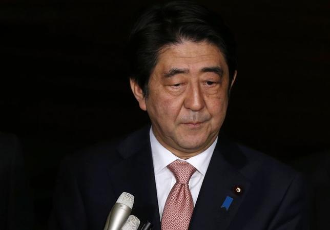 1月21日、中東から帰国した安倍晋三首相は夜、イスラム国とみられる過激派組織に日本人男性2人が拘束された事件をめぐり、官邸で関係閣僚会議を開いた。写真は、安倍首相、21日撮影(2015年 ロイター/Toru Hanai)