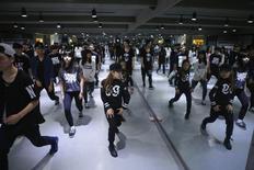 Kim Si-yoon (C) takes part in a dance class at DEF Dance Skool in Seoul November 11, 2014. REUTERS/Kim Hong-Ji