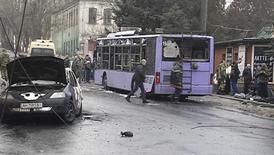Попавший под обстрел троллейбус в Донецке. 22 января 2015 года. По меньшей мере семь человек погибли при обстреле улицы жилого района на юге Донецка утром в четверг, о чем сообщил очевидец Рейтер. REUTERS/Reuters TV