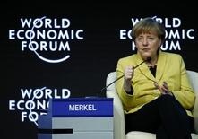 Канцлер Германии Ангела Меркель на экономическом форуме в Давосе. 22 января 2015 года. Россия нарушила послевоенный мирный порядок в Европе, аннексировав Крым, и отменять европейские санкции нет смысла, пока Москва не устранит их причины, сказала канцлер Германии Ангела Меркель. REUTERS/Ruben Sprich
