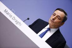Le président de la Banque centrale européenne Mario Draghi a annoncé jeudi que la BCE se lançait dans un programme de rachats d'obligations d'Etat qui injectera des centaines de milliards d'euros d'argent frais dans le système financier de la zone euro. Cette mesure, qui représente l'étape ultime en matière de politique monétaire, vise à relancer le crédit et l'activité pour éviter la déflation. /Photo prise le 22 janvier 2015/REUTERS/Kai Pfaffenbach