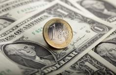 L'euro est tombé à son plus bas niveau en 11 ans face au dollar, à 1,1455 dollar, après l'annonce très attendue d'un programme de rachats d'actifs de la Banque centrale européenne. /Photo d'archives/REUTERS/Kacper Pempel