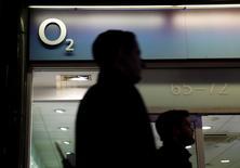 Le conglomérat hong-kongais Hutchison Whampoa est entré en négociations exclusives avec l'espagnol Telefonica pour lui racheter O2, sa filiale de téléphonie mobile en Grande-Bretagne, pour un montant pouvant atteindre 10,25 milliards de livres sterling (13,55 milliards d'euros). /Photo prise le 24 novembre 2014/REUTERS/Luke MacGregor