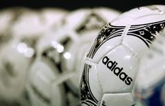 Adidas a enregistré une hausse de 2% de son chiffre d'affaires en 2014, soit supérieure aux attentes. L'équipementier sportif allemand, qui annoncera ses résultats définitifs le 5 mars, estime qu'il atteindra son objectif de bénéfice net, hors charges liées à la vente de la marque de chaussures Rockport et à la chute du rouble. /Photo d'archives/REUTERS/Michaela Rehle