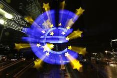 Символ валюты евро у штаб-квартиры ЕЦБ во Франкфурте-на-Майне 8 января 2015 года.  Экономика еврозоны начала 2015 год в лучшей форме, чем ожидалось, но компаниям пришлось снижать цены, свидетельствует частное исследование.  REUTERS/Kai Pfaffenbach
