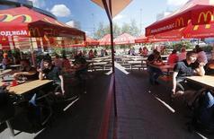 Люди в McDonald's в Москве 25 июля 2014 года. Продажи крупнейшей в мире сети ресторанов McDonald's Corp сократились на 7,3 процента в четвертом квартале из-за скандала с поставками просроченного мяса в Китае и жесткой конкуренции в США. REUTERS/Maxim Shemetov