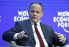 """Benoit Coeure, miembro del Comité Ejecutivo del BCE, durante la sesión """"Panorama Económico Global"""" en Davos, ene 24, 2015. Los bancos centrales han hecho su mejor esfuerzo por rescatar a la economía mundial imprimiendo dinero y ahora los políticos tienen que actuar rápido para implementar reformas estructurales y medidas que favorezcan la inversión a fin de impulsar el crecimiento, dijeron jefes de bancos centrales el sábado. REUTERS/Ruben Sprich"""