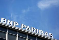 BNP Paribas, à suivre lundi à la Bourse de Paris, pourrait envisager de racheter Banca Popolare di Milano, selon le journal Il Messaggero dans un article envisageant différents scénarios de rapprochements dans le secteur bancaire. Personne n'était joignable dans l'immédiat chez BNP Paribas pour un commentaire. /Photo d'archives/REUTERS/Pierre Albouy