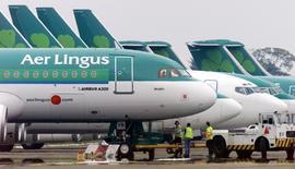 Aer Lingus examine une nouvelle offre d'achat d'International Consolidated Airlines Group (IAG), qui propose désormais 2,55 euros par action, soit 1,3 milliard d'euros au total, pour reprendre la compagnie aérienne irlandaise. /Photo d'archives/REUTERS/Paul McErlane