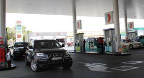 Una gasolinera en Dubai, jun 11 2012. Los precios del petróleo podrían empezar a recuperarse a mediados de este año, junto con la mejora de las principales economías, afirmó el lunes el ministro de Economía de Emiratos Árabes Unidos, Sultan bin Saeed al-Mansouri.  REUTERS/Ghazal Watfa