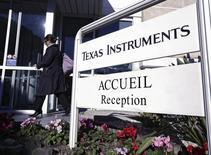 Texas Instruments a annoncé un bénéfice en forte hausse au quatrième trimestre et donné une prévision de chiffre d'affaires pour le trimestre en cours conforme aux attentes, grâce à une progression de la demande de puces dans l'automobile. /Photo d'archives/REUTERS/Eric Gaillard
