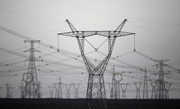 Линии электропередачи в китайской провинции Ганьсу. 15 сентября 2013 года. Российский госэнергохолдинг ИнтерРАО снизил выработку электроэнергии в 2014 году на 1 процент до 146 миллиардов киловатт-часов, сообщила компания во вторник. REUTERS/Carlos Barria