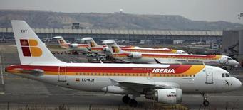 Aviones de pasajeros Iberia estacionados en el aeropuerto Barajas en Madrid. Imagen de archivo, 28 febrero, 2013.  El grupo de aerolíneas IAG dijo el martes que el consejo de administración de la irlandesa Aer Lingus ha señalado que estaría dispuesta a recomendar la nueva oferta de IAG a sus accionistas siempre que cumpla una serie de condiciones. REUTERS/Sergio Perez