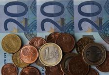 Fotografía de billetes y monedas de euros en Zénica. Imagen de archivo, 26 abril, 2014.  El euro avanzaba el martes por segundo día contra el dólar antes de un encuentro de la Reserva Federal estadounidense que podría aplazar las expectativas sobre el momento en que el banco central comenzaría a subir las tasas de interés. REUTERS/Dado Ruvic