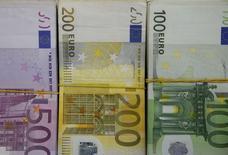 Банкноты евро. Зеница, 26 января 2015 года. Евро во вторник растет к доллару второй день подряд в преддверии заседания ФРС, в результате которого ожидаемые сроки повышения ключевой ставки могут быть отложены. REUTERS/Dado Ruvic