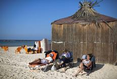 Jewish tourists from France, who say they plan to move to Israel, sit on the beach in Netanya, a city of 180,000 on the Mediterranean north of Tel Aviv, that has become the semi-official capital of the French community in Israel January 20, 2015.       REUTERS/Amir Cohen