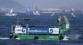 Barco de coleta de lixo durante evento-teste de vela na Baía de Guanabara, em 3 de agosto de 2014.  REUTERS/Sergio Moraes