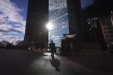 Un hombre camina por el barrio de Manhattan en Nueva York. Imagen de archivo, 18 diciembre, 2014. Un indicador de los planes de inversión empresarial en Estados Unidos cayó en diciembre por cuarto mes consecutivo, en una potencial señal de que la desaceleración del crecimiento global y la caída de los precios del crudo está empezando a afectar a la mayor economía del mundo. REUTERS/Carlo Allegri