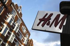 Магазин H&M в Лондоне. 15 января 2015 года. Второй крупнейший в мире ритейлер одежды Hennes & Mauritz сообщил в среду об увеличении квартальной прибыли и планах дальнейшего расширения сети. REUTERS/Luke MacGregor