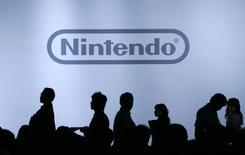 Журналисты на пресс-конференции Nintendo Co в Тибе. 10 октября 2007 года. Японский производитель игровых приставок и видеоигр Nintendo Co не сможет достичь годового ориентира прибыли из-за плохих продаж портативной консоли 3DS, хотя из-за слабости иены продажи за рубежом должны оказать благотворное влияние на чистую прибыль. REUTERS/Yuriko Nakao