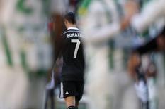 Cristiano Ronaldo, do Real Madrid, deixa o campo após ser expulso na partida contra o Córdoba fora de casa pelo Campeonato Espanhol. REUTERS/Marcelo del Pozo