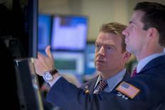 Трейдеры на фондовой бирже в Нью-Йорке. 13 января 2015 года. Американские фондовые рынки снизились в среду за счет падения индекса нефтегазовых компаний и заявления ФРС, из которого аналитики сделали вывод, что центробанк твердо намерен повысить процентные ставки в этом году. REUTERS/Brendan McDermid