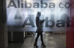 Le titre Alibaba figure au rang des valeurs à suivre ce jeudi sur les marchés américains, alors que le géant chinois du commerce en ligne a fait état jeudi d'un chiffre d'affaires en hausse de 40% à 4,22 milliards de dollars au quatrième trimestre 2014 mais inférieur aux attentes des analystes. /Photo prise le 23 avril 2014/REUTERS/Chance Chan
