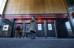 Pedestrians use the CIBC ATM machines in Montreal, April 24, 2014. REUTERS/Christinne Muschi