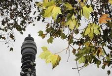 BT, leader de la téléphonie fixe en Grande-Bretagne, a adopté un programme de réduction du déficit de son système de retraites et entériné un projet de modernisation de son réseau à haut débit par fibre. /Photo d'archives/REUTERS/Toby Melville