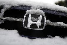 Honda Motor a réduit de 6,5% sa prévision de bénéfice d'exploitation annuel après d'importantes provisions liées aux rappels de véhicules pour remplacer des airbags potentiellement défectueux de son fournisseur Takata. /Photo prise le 30 janvier 2015/REUTERS/Yuya Shino