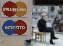 El logo de Mastercard visto en la puerta de un local comercial en Stávropol . Imagen de archivo, 13 enero, 2015. MasterCard Inc reportó una ganancia mejor de lo esperado gracias al uso más frecuente de sus tarjetas para realizar compras navideñas durante el último trimestre. REUTERS/Eduard Korniyenko