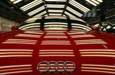 Audi pourrait atteindre un avant l'échéance prévue de 2020 son objectif de vendre deux millions de voitures par an, grâce à des modèles remaniés et de nouveaux SUV, a dit à Reuters le président du directoire, Rupert Stadler. /Photo prise le 5 novembre 2014/REUTERS/Laszlo Balogh