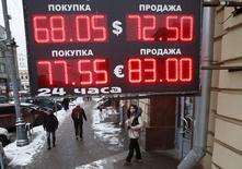 Вывеска обменного пункта в Москве 30 января 2015 года. Рубль обновил многонедельные минимумы в пятницу после того, как Банк России неожиданно снизил ключевую ставку; в целом же рубль формирует худший месячный результат за 16 с лишним лет на фоне экстремально дешевой нефти, а также за счет негативных для России макроэкономических и геополитических факторов, тесно переплетенных между собой. REUTERS/Grigory Dukor