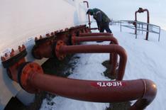 Трубы на нефтяном месторождении Башнефти у села Николо-Березовка в Башкортостане. 28 января 2015 года. Россия немного снизила ежесуточное производство нефти и газового конденсата в январе 2015 года - до 10,66 миллиона баррелей против 10,67 миллиона баррелей месяцем раньше, следует из статистики Минэнерго. REUTERS/Sergei Karpukhin