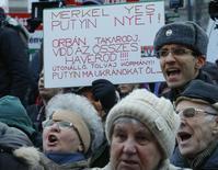 Участники акции протеста у парламента Венгрии в Будапеште. 1 февраля 2015 года. Несколько тысяч человек провели демонстрацию у венгерского парламента в воскресенье, накануне визита канцлера Германии Ангелы Меркель, призывая правительство премьер-министра Виктора Орбана сохранить отношения с Западом. REUTERS/Laszlo Balogh