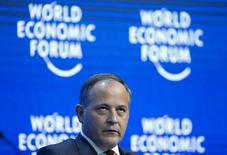 En la imagen, Coeure durante una sesión en el Fondo Económico Mundial en Davos, el 24 de enero de 2015. El Banco Central Europeo reevaluará su programa de compra de bonos cuando éste se acerque a su final en 2016 y está dispuesto a hacer más si es necesario para elevar la inflación hacia el objetivo de la entidad, dijo el lunes el miembro del comité ejecutivo del BCE Benoit Coeure. REUTERS/Ruben Sprich