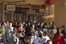 Imagen de personas haciendo compras después de Navidad en Citadel Outlets en Los Angeles, California. 26 de diciembre, 2014. El gasto del consumidor en Estados Unidos registró en diciembre su mayor caída desde fines de 2009 y los hogares parecieron ahorrar dinero adicional debido a los menores precios de la gasolina, lo que podría respaldar el consumo futuro. REUTERS/Jonathan Alcorn