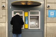 La Banque postale et le groupe de protection sociale Malakoff Médéric ont annoncé un projet de rapprochement de leurs filiales de gestion d'actifs qui devrait voir le jour d'ici à la fin de 2015. /Photo d'archives/REUTERS/Benoît Tessier