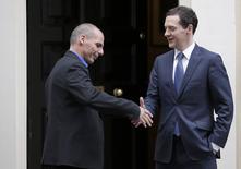 El ministro de Finanzas griego, Yanis Varoufakis, saluda a su par británico, George Osborne, tras una reunión el lunes en Downing Street para discutir sobre la deuda de Atenas. Febrero 2, 2015. REUTERS/Peter Nicholls